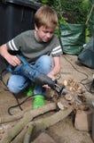 Pojke med att beskära sågen Fotografering för Bildbyråer