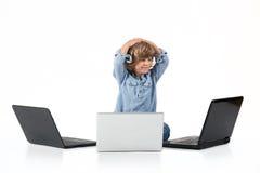 Pojke med bärbara datorer Arkivbild