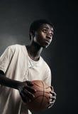 Pojke med basket Arkivbilder
