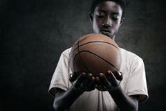 Pojke med basket Royaltyfri Fotografi