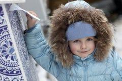 Pojke med bokstaven för Santa Claus Royaltyfri Bild