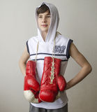 Pojke med boxninghandskar Arkivbild