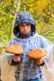 Pojke med champinjoner Arkivbilder