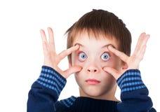 Pojke med den öppna ögonsneda bollen Arkivbilder