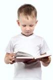 Pojke med den öppna boken som isoleras på en vit Royaltyfria Foton