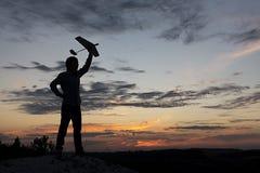 Pojke med den airplan leksaken utomhus Tonåringhobby royaltyfria foton