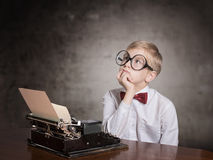 Pojke med den gamla skrivmaskinen Royaltyfri Foto