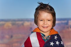 Pojke med den Grand Canyon nationalparken och USA flaggan Royaltyfri Fotografi