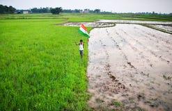 Pojke med den indiska nationsflaggan Royaltyfri Bild