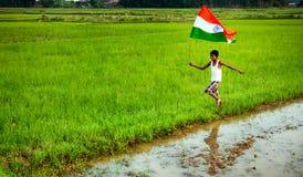 Pojke med den indiska nationsflaggan Royaltyfri Foto