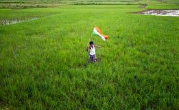 Pojke med den indiska nationsflaggan Royaltyfri Fotografi