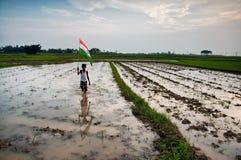 Pojke med den indiska nationsflaggan Arkivfoto