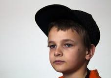 Pojke med den orange t-skjortan Arkivbilder