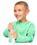 Pojke med den plast- flaskan av vatten Fotografering för Bildbyråer