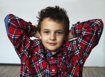 Pojke med den röda plädet Arkivfoto