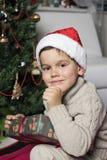 Pojke med den Santa hatten Arkivbild