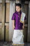 Pojke med den traditionella södra indiska klänningen Royaltyfri Bild
