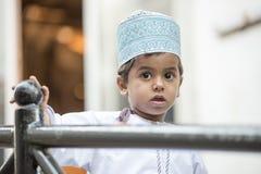 Pojke med det omanska locket Kummah royaltyfri fotografi