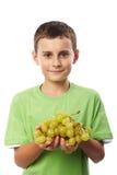 Pojke med druvor Arkivbild