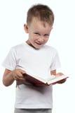 Pojke med en öppen bok som isoleras på vit Royaltyfri Bild