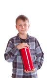 Pojke med en avfyraeldsläckare Royaltyfri Foto