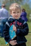 Pojke med en boka Fotografering för Bildbyråer