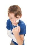 Pojke med en bruten arm Royaltyfria Bilder