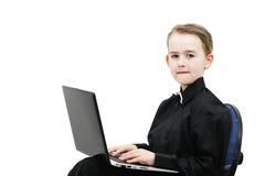 Pojke med en dator Fotografering för Bildbyråer