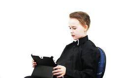 Pojke med en dator Arkivbild