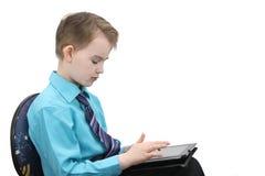 Pojke med en dator Arkivbilder