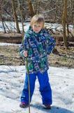 Pojke med en filial i händer fotografering för bildbyråer