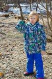Pojke med en filial i händer arkivfoton