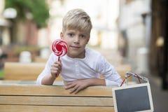 Pojke med en godis arkivfoton