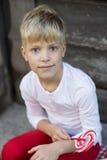 Pojke med en godis royaltyfria bilder