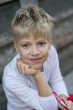 Pojke med en godis arkivbild