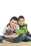 Pojke med en katt på en vit background6 fotografering för bildbyråer