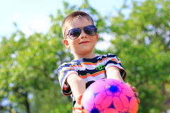 Pojke med en klumpa ihop sig Arkivfoton