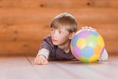 Pojke med en klumpa ihop sig Fotografering för Bildbyråer