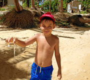 Pojke med en krabba royaltyfri foto