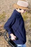 Pojke med en metalldetektorskattjakt royaltyfria bilder
