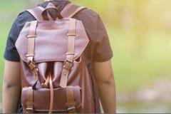 Pojke med en ryggsäck på hans baksida royaltyfri fotografi