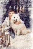 Pojke med en vit hund Royaltyfri Fotografi