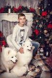 Pojke med en vit hund Arkivfoton