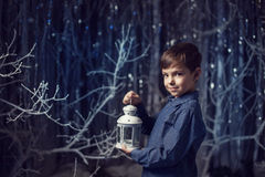 Pojke med en vit lykta Arkivfoto