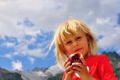 Pojke med ett äpple Royaltyfria Bilder