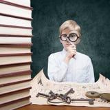 Pojke med ett förstoringsglas Royaltyfri Foto