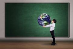 Pojke med ett jordklot av världen royaltyfria foton