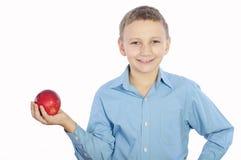 Pojke med ett äpple Arkivbild