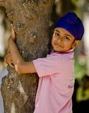 Pojke med ett träd Arkivbilder