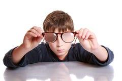 Pojke med exponeringsglas och låg vision Royaltyfri Foto
